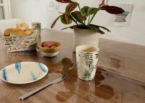 Houten tafel beschermen tegen vlekken met transparant tafelzeil